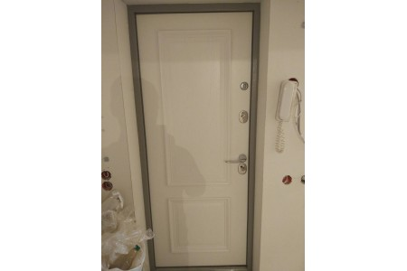 Входная дверь в квартиру с фрезеровкой номера
