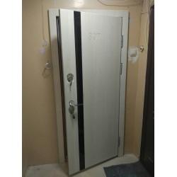 <Входная дверь в квартиру с фрезеровкой номера